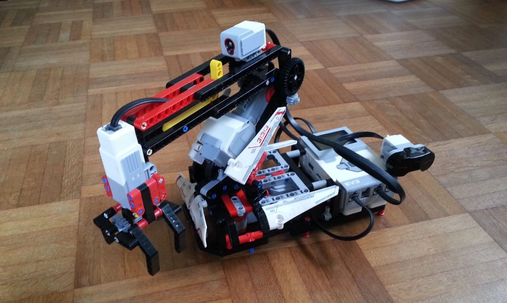 The consumer set version of the H25 robot arm. In this photo I have attached the IR sensor to the intelligent brick to be able to use the remote control to control the robots movements.